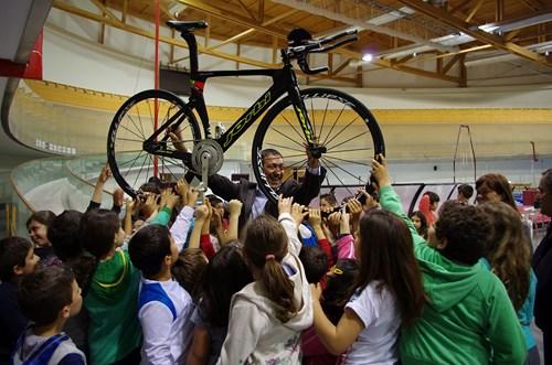 Centenas de crianças pedalam e brincam no Velódromo