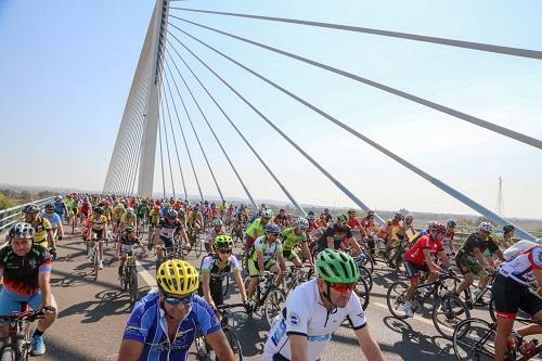 Multidão participa no Passeio das Pontes