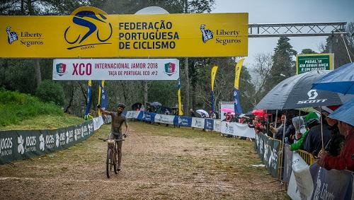 Mário Costa e Joana Monteiro continuam a dominar
