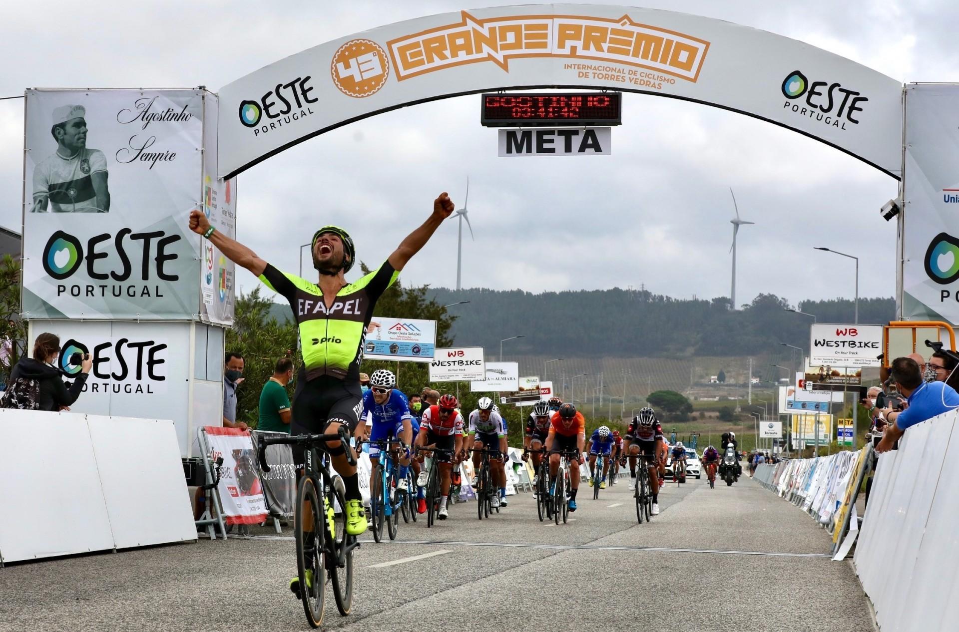 Luís Mendonça sprinta de longe para a camisola amarela