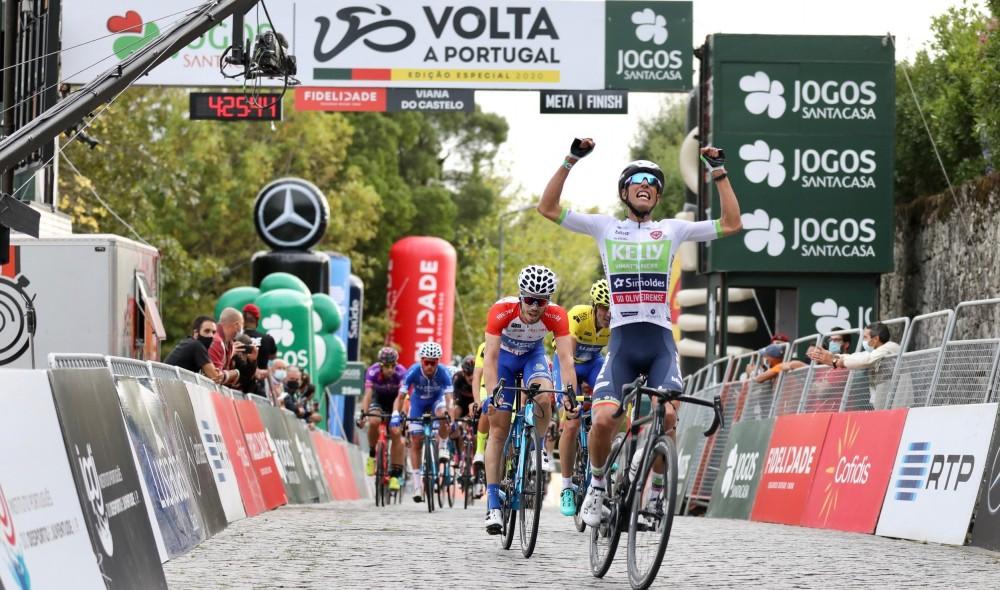 Luís Gomes ergue os braços na Santa Luzia