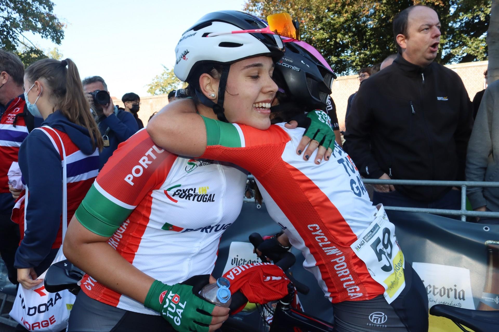 Sofia Gomes e Beatriz Roxo resistem em corrida marcada pelas quedas