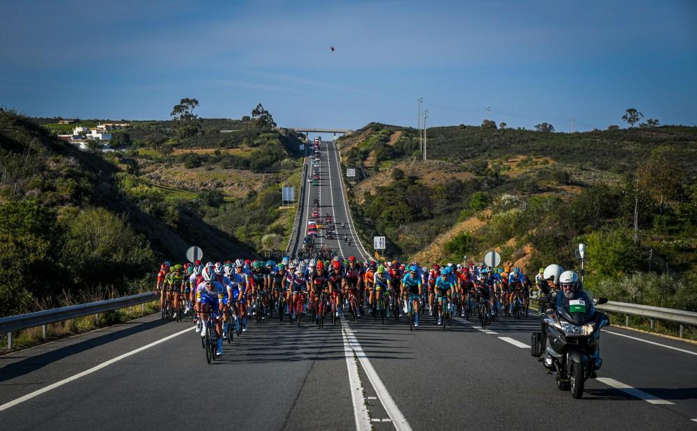 Pelotão de alta qualidade pedala no Algarve